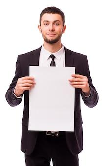 Biznesmen posiadający pustą białą tabliczkę przedstawiającą miejsce na kopię na białym tle