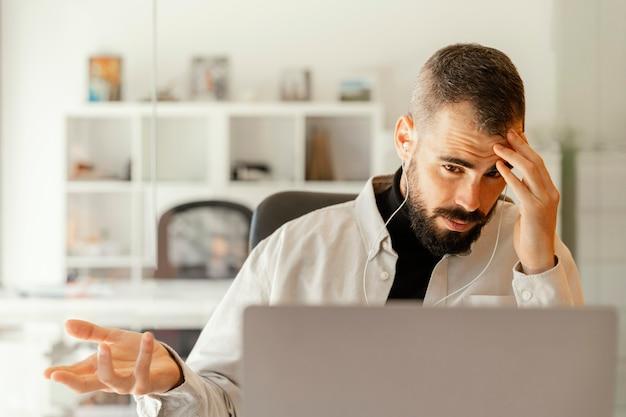 Biznesmen posiadający wideokonferencję do pracy