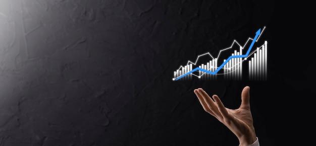 Biznesmen posiadający wzrost wykresu i wzrost pozytywnych wskaźników wykresu w swojej firmie