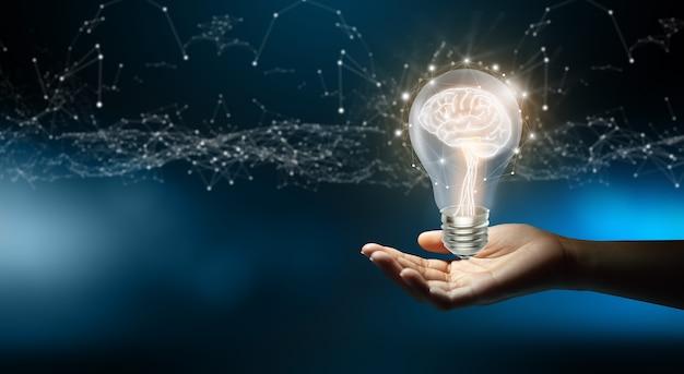 Biznesmen posiadający żarówki kreatywna i innowacyjna inspiracja biznesowa koncepcja jasnego pomysłu