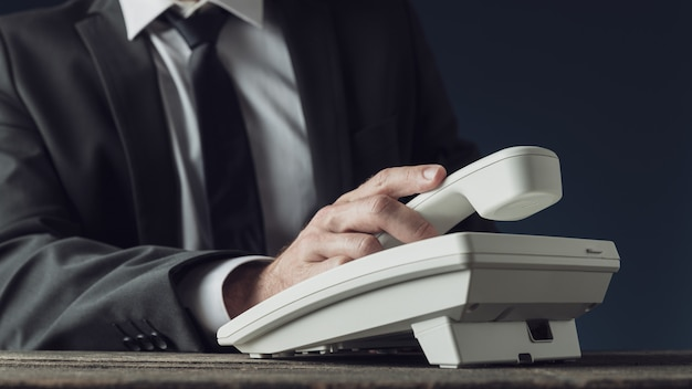 Biznesmen posiadania telefonu odbiornika