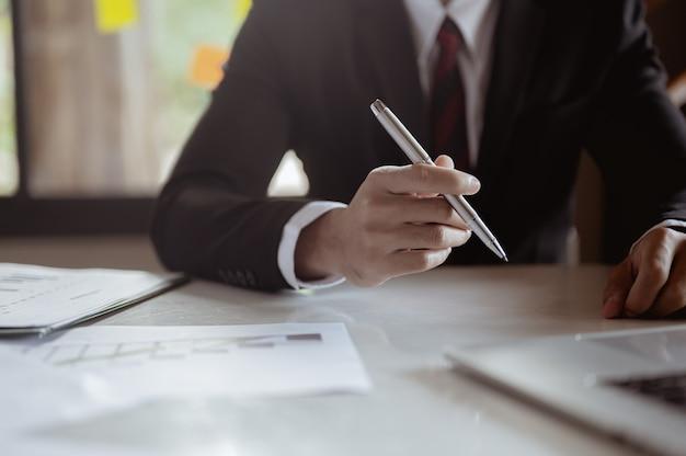Biznesmen postanawia podpisać umowę biznesową.
