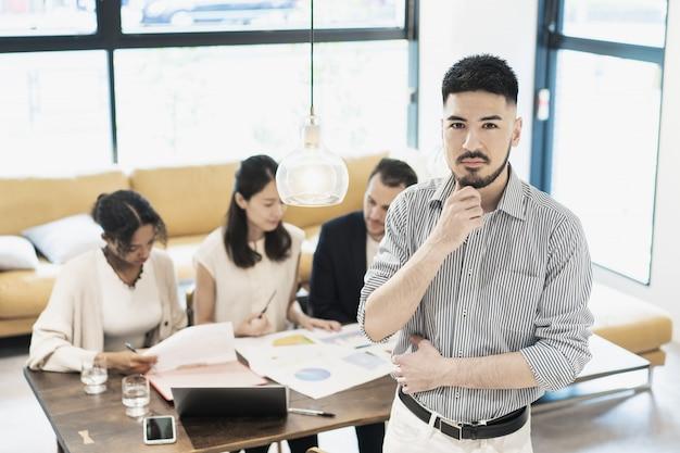 Biznesmen pozowanie w biurze