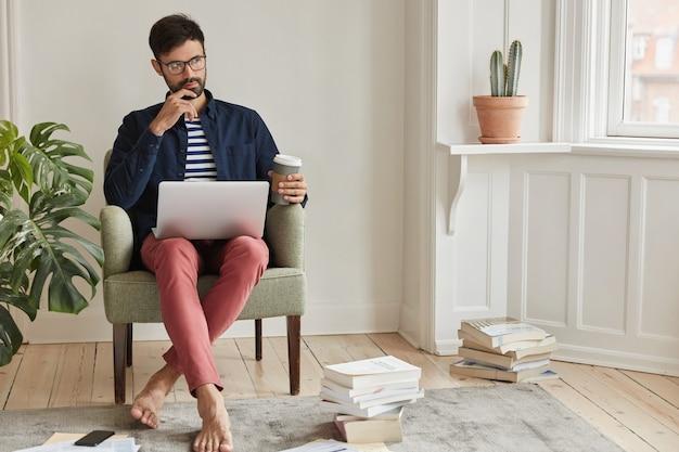 Biznesmen pozowanie w przytulnym mieszkaniu