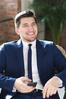 Biznesmen pozowanie z uśmiechem