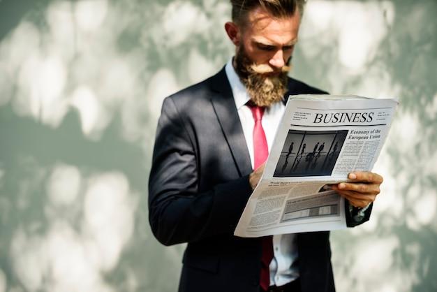 Biznesmen pozycja i czytelnicza gazeta