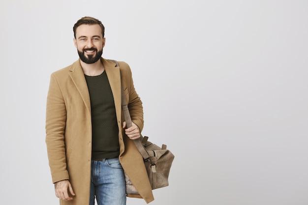 Biznesmen pozycji pracy z torbą