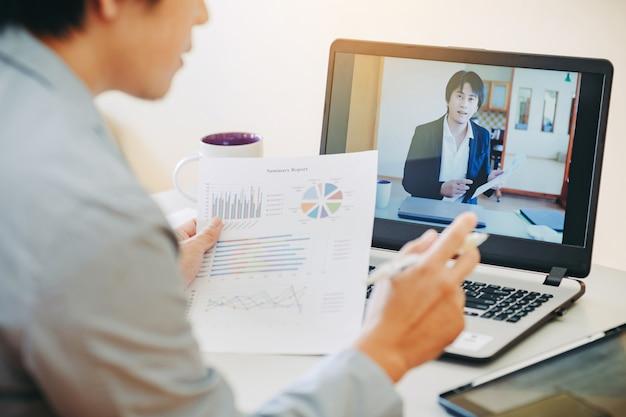 Biznesmen praca z domu przez wideokonferencję