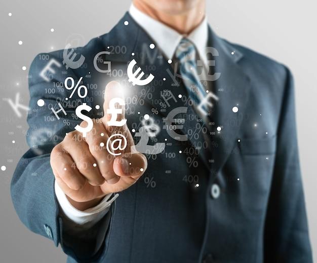 Biznesmen pracujący na cyfrowym wykresie, koncepcja strategii biznesowej