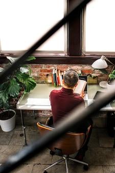 Biznesmen pracujący przy biurku