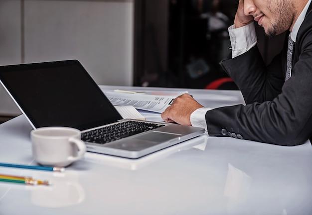 Biznesmen pracujący w biurze. wyczerpany i poważny problem biznesowy.
