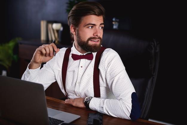 Biznesmen pracujący w biurze