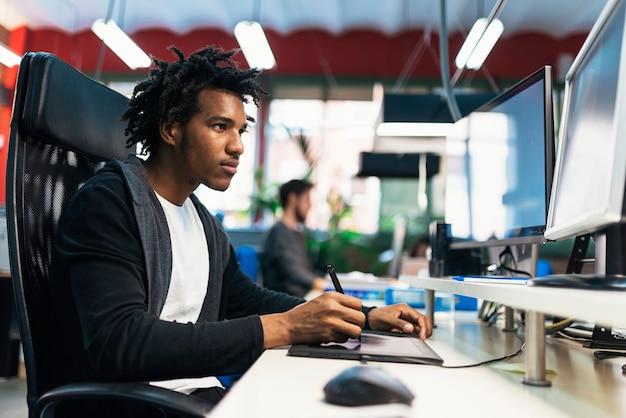 Biznesmen pracujący w pracy biurowej. pomysł na biznes.