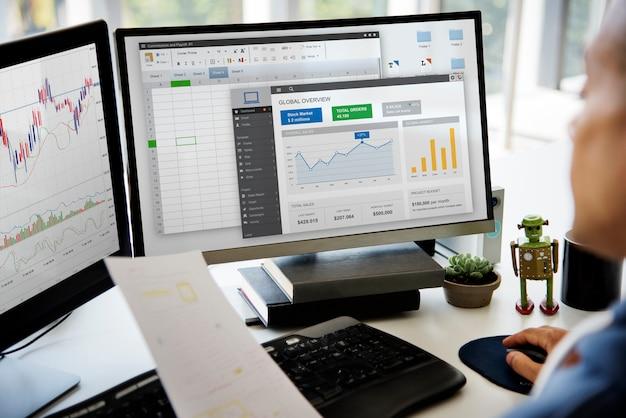 Biznesmen pracujący wykresu spreadsheet bielu stół