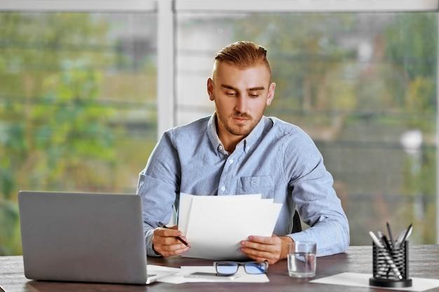Biznesmen pracujący z laptopem w biurze