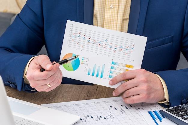 Biznesmen pracujący z wykresem biznesowym