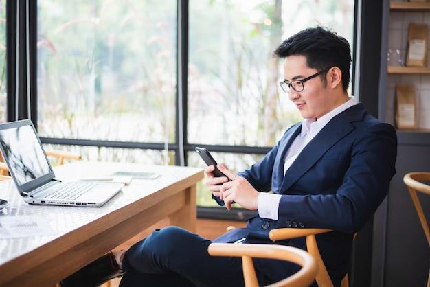 Biznesmen pracuje na biurka biura biznesie