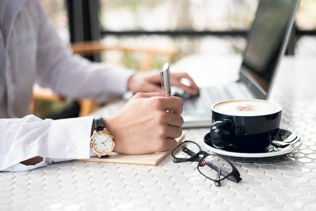 Biznesmen pracuje na biurko biura biznesie