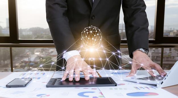 Biznesmen pracuje na biurku z technologią