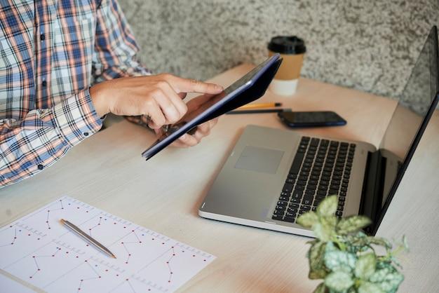 Biznesmen pracuje na komputerze typu tablet