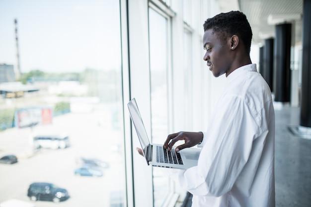 Biznesmen pracuje na laptopie w nowożytnym biurze