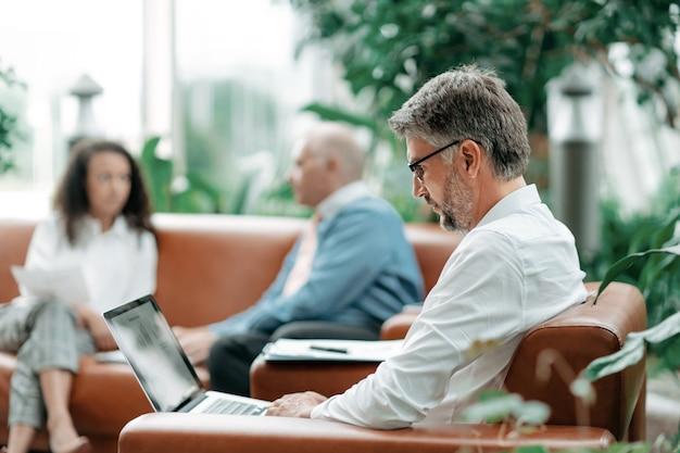 Biznesmen pracuje na laptopie z danymi finansowymi