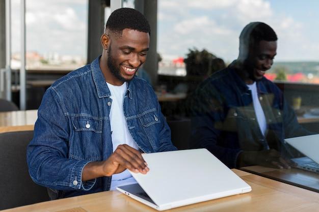 Biznesmen pracuje na laptopie