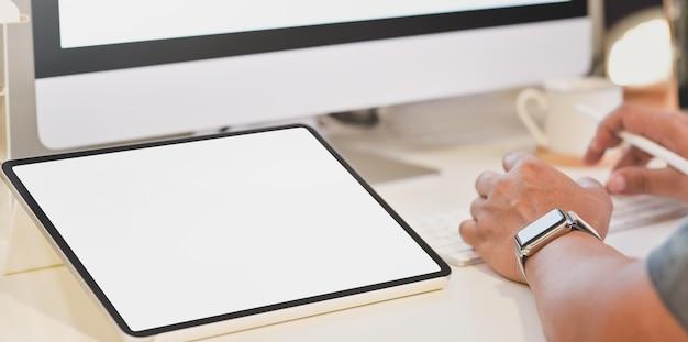 Biznesmen pracuje nad jego projektem z pustego ekranu pastylką