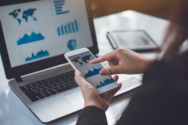 Biznesmen pracuje nad projektem biznesowym do analizy sprawozdania finansowego firmy.