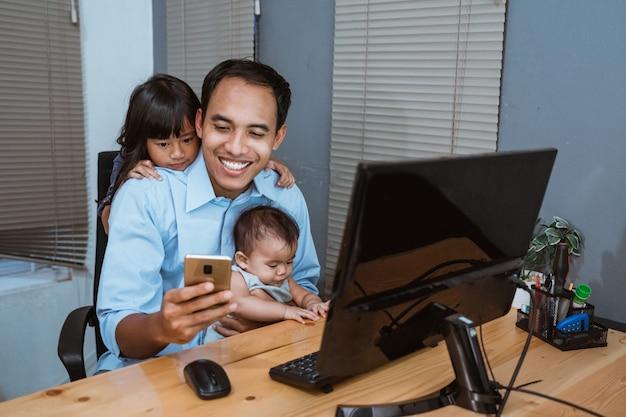 Biznesmen pracuje podczas gdy w domu