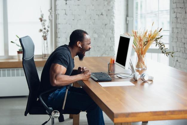Biznesmen pracuje w biurze i krzyczy