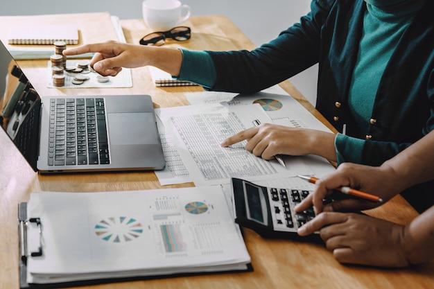 Biznesmen pracuje w biurze za pomocą kalkulatora do obliczania liczb koncepcji rachunkowości finansów