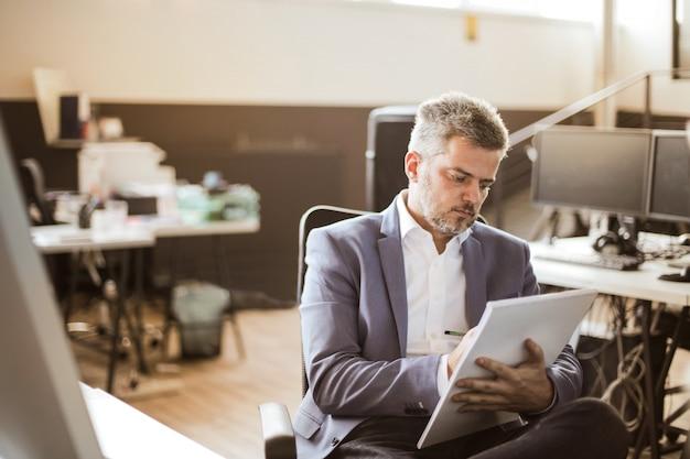 Biznesmen pracuje w biurze