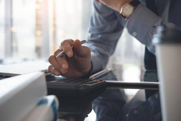 Biznesmen pracuje w nowoczesnym biurze