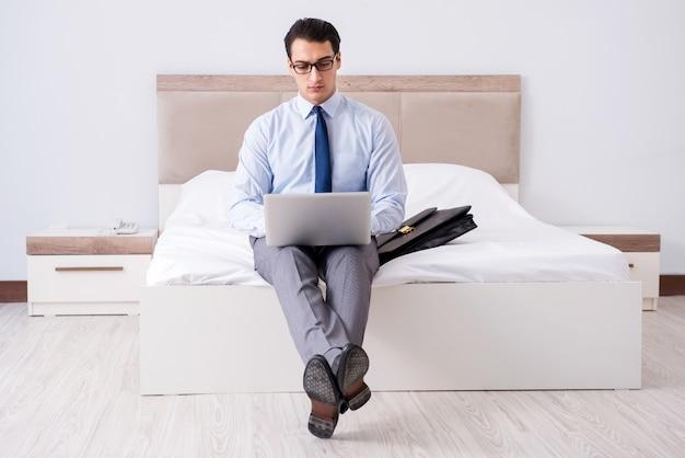 Biznesmen pracuje w pokoju hotelowym