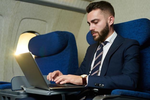 Biznesmen pracuje w samolocie