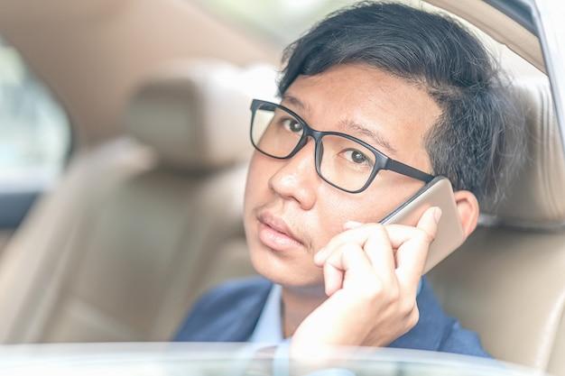Biznesmen pracuje w tylnym siedzeniu samochód
