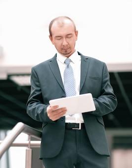 Biznesmen pracuje z cyfrowym tabletem. ludzie i technologia.zdjęcie z kopią miejsca