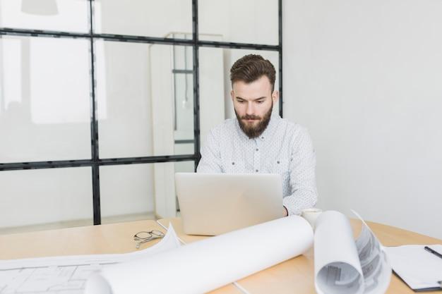 Biznesmen pracuje z laptopem w biurze