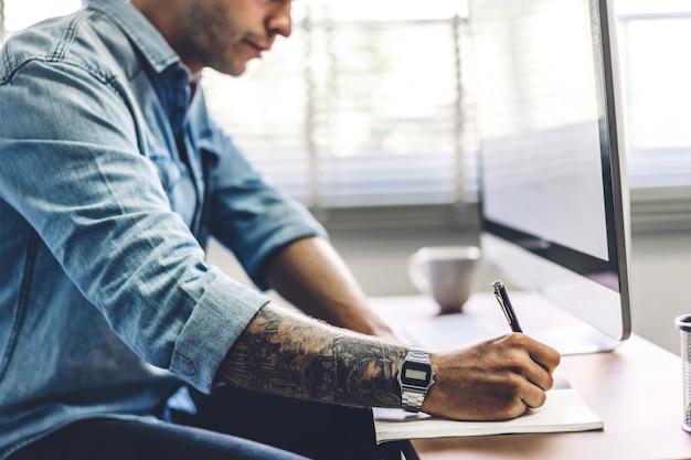 Biznesmen pracuje z laptopem.