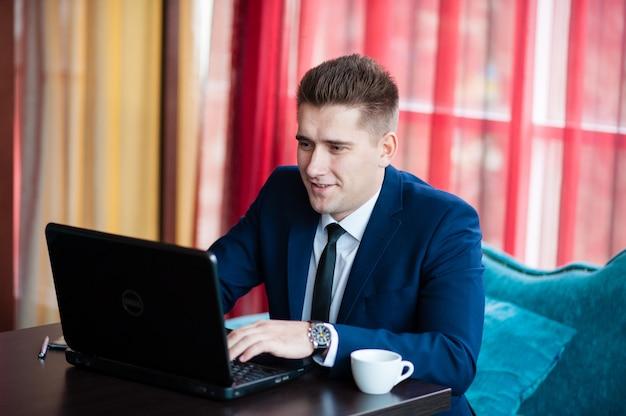 Biznesmen pracuje z laptopem