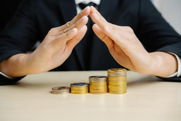 Biznesmen pracuje z menniczą pieniądze walutą.