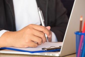 Biznesmen pracuje z notatnikiem
