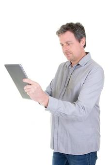 Biznesmen pracuje z pastylka komputerem osobistym na biel ścianie