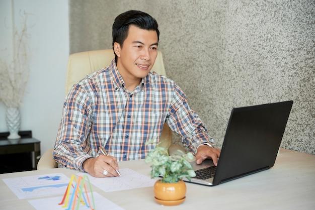 Biznesmen pracuje z raportami