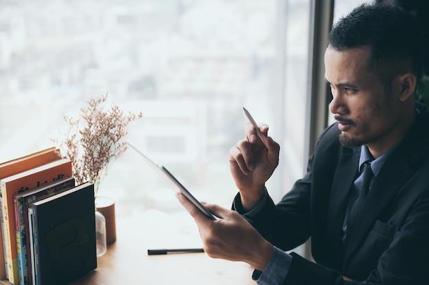 Biznesmen pracuje z tabletem