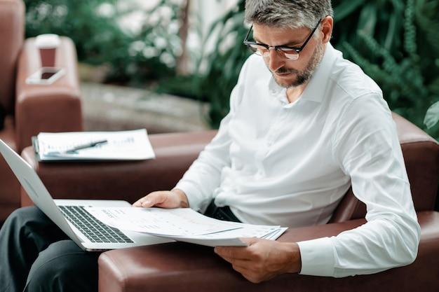 Biznesmen pracuje z zbliżeniem dokumentów finansowych