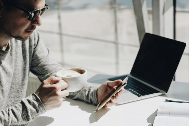 Biznesmen pracy na laptopie dla projektu.
