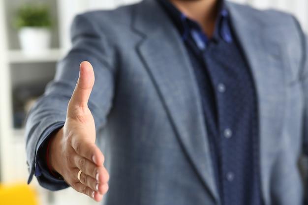 Biznesmen pracy w biurze pożyczyć rękę z bliska zbliżenie