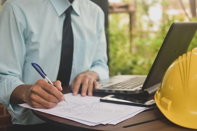 Biznesmen pracy w kawiarni pisać na dokumencie papierowym